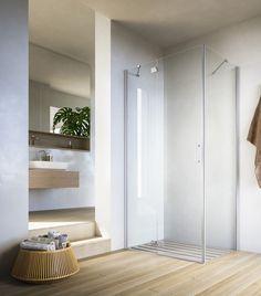 Duschkabine mit Pendeltür in einem Bad mit Parkettboden