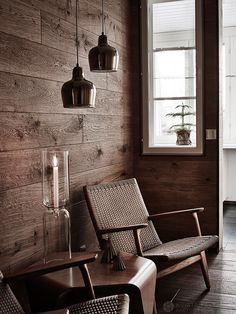 Sauna pre-room for after-bath relaxation. Alvar Aalto lamps and glass lantern by Iittala | Alvar Aalto lamput ja Iittalan kynttelikkö