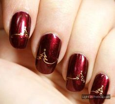 Uñas Navideñas red wine and golden pine tree