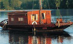 La toue cabanée est une embarcation aux formes différentes, ressemblant au chaland de Loire, et qui varient en fonction de l'usage auquel elle est destinée : pêche au filet-barrage, tirage de sable, transport de personnes et de marchandises.