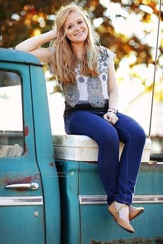 Perfect College Girl Fashion Outfits You Can Try This Season Senior Girl Poses, Girl Senior Pictures, Senior Picture Outfits, Senior Girls, Senior Photos, Girl Photos, Senior Portraits, Senior Session, Family Pictures