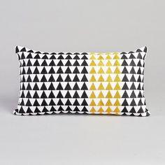 Coussin rectangulaire Kainit AM.PM : prix, avis & notation, livraison.  Triangles noirs et jaunes brodés sur une toile de coton écrue.Caractéristiques :- 100% coton.- Garnissage polyester.Dimensions :- 25 x 45 cm