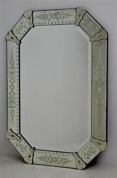 Lote 2188 - Espelho biselado veneziano antigo, ricamente decorado com  motivos vegetalistas, completo, com 94x66 cm. Peça comprada em antiquário -  Price ... a4a4409a27
