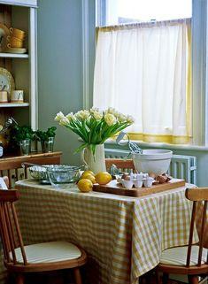 nappe de table aux carreaux blanc-jaune, fleurs pour la table