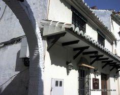 """#Málaga - Vélez-Málaga - La Posada del Conde - 36º 46' 55"""" -4º 6' 13"""" / 36.781944, -4.103611  En la Plaza del Carmen (tfno: 952558780), es una taberna, un café y un restaurante. Los fines de semana por la noche suele tener música en directo. Se encuentra en un viejo edificio del siglo XVIII muy agradablemente recuperado. Su cocina, basada en la gastronomía local y regional pasa de notable."""