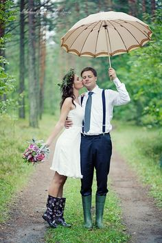 Rain on your big day means luck! Chloe began this theme with beautiful rainy wedding photos, and I'd like to tell you of some practical ideas to handle the rain. First of all, take umbrellas. These pieces are necessary. Rain Wedding, Umbrella Wedding, Dream Wedding, Wedding Umbrellas, Perfect Wedding, Luxury Wedding, Wedding Poses, Wedding Shoot, Wedding Bride