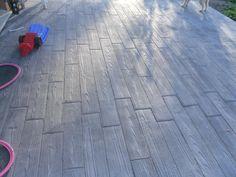 On peut tout faire avec du béton ! Par exemple, cette terrasse de 60 m² en Articimo® imprimé motif bois de couleur grise. Une terrasse chaleureuse pour toute la famille.
