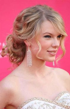 Taylor Swift hair style looks very beautiful and many different ages of girls are wished to adopted this hair style.Taylor Swift's trademark curly locks are one of the sweetest and very familiar hair style and this things about her Taylor Swift Updo, Taylor Swift Curly Hair, Taylor Swift Fotos, Celebrity Hairstyles, Up Hairstyles, Pretty Hairstyles, Formal Hairstyles, Summer Hairstyles, Curly Wedding Hair