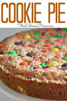 Kids and adults are going to love having a slice of this delicious and so easy to make loaded cookie pie. Perfect as a birthday cake or a back-to-school treat! Can you imagine kids faces when they see this giant cookie pie? Cookie Pie, Cookie Desserts, Cookie Recipes, Dessert Recipes, Cookie Cakes, Giant Cookie Cake, Delicious Desserts, Giant Cookies, Cake Recipes For Kids