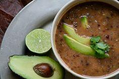 Suppen over alle supper – svart bønnesuppe. Lett og fort å lage, mettende, varmende (det er jo supper generelt da…) ja, rett og slett bedøvende godt. du trenger 2 løk, hakket olivenolje 4 fedd hvitløk, presset eller finhakket 1.14kg bønner i lake* 600ml god kyllingkraft** 1ss spisskumin 1ts røkt paprikapulver, hot salt til servering avokado [...]Read More...