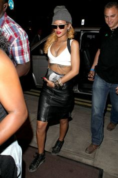 London - July 14 2013 Rihanna joined Jay-Z on stage at Wireless Festival in a Gareth Pugh skirt, accessorised with Balenciaga Arena High trainers, Lanvin sunglasses and a Superbia beanie hat. Moda Rihanna, Rihanna Vogue, Best Of Rihanna, Rihanna Style, Gala Dresses, Nice Dresses, Celebrity Photos, Celebrity Style, Blake Lively Style