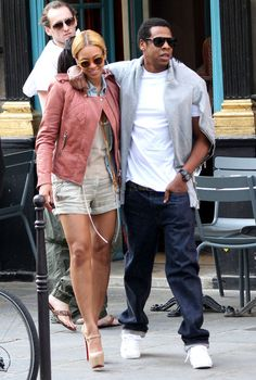 Beyonce Knowles Photos - Singer Beyonce and her husband Jay-Z leave their hotel in Paris and go for a walk around town. Beyonce got an ice cream cone. - Beyonce & Jay-Z Enjoying Paris
