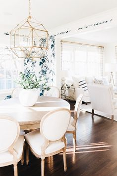 A traditional space with a fresh modern feel - Studio McGee - Modern Dining Studio Mcgee, Dining Room Inspiration, Home Decor Inspiration, Decor Ideas, Decorating Ideas, Design Inspiration, Tv Decor, Furniture Inspiration, Wall Ideas