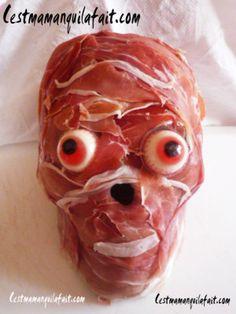Voici comment faire un effrayant et ... AFFREUX crane de charcuterie en 3D pour votre buffet d'Halloween. C'est extrêmement facile et ne prend que quelques minutes à faire. Régalez et horrifiez vos invités.  Pour Halloween je trouve que le cr