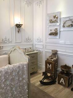 Quarto de bebê da Casa Cor SP 2016. A inspiração veio do Palácio de Versalhes. O off white predominou na decoração clássica. Enxoval de seda e lustre de cristal contribuíram para deixar o ambiente ainda mais requintado.