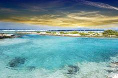 A nação insular de Tuvalu, com suas três ilhas e seis atóis é, na verdade, um paraíso. A única dificuldade pode ser sua localização remota no Pacífico, entre o Havaí e a Austrália. Eles têm um aeroporto, mas não é muito usado. Se você quer ver um paraíso tropical intocado, não se esqueça de passar por Tuvalu e que seja logo, pois a elevação do nível do mar ameaça a sua sobrevivência.