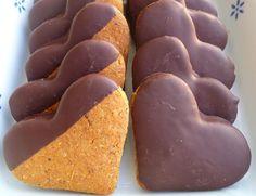 Italian vegan chocolate and hazelnuts heart cookies. Cuori di nocciole al cioccolato