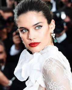 Sao Online, Online Sim, Cannes 2017, Sara Sampaio, Girl Smoking, Cannes Film Festival, True Beauty, Diy Hairstyles, Red Lips