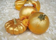 This gold glitter pumpkin centerpiece is perfect for Thanksgiving or Halloween and includes a variety of finishes. Plus, the pumpkins hold your candles! Metal Pumpkins, Glitter Pumpkins, Halloween Party Themes, Fall Halloween, Pumpkin Crafts, Pumpkin Tea, Creative Pumpkins, Pumpkin Decorating, Holiday Decorating