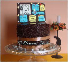 Pastel de frambuesa y baño brillante de chocolate con galleta decorada