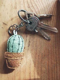 Embroid keychain cactus in felt. Petits porte-clefs brodés en feutrine, en forme de cactus. Hand-made #cactus #garden #embroidery #urban #tropical #house #pinnsvinstudio