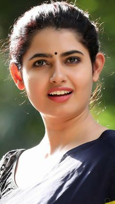 So simp le yet beautiful Beautiful Girl Indian, Most Beautiful Indian Actress, Beautiful Girl Image, Beautiful Saree, Beautiful Eyes, Beautiful Women, Cute Beauty, Beauty Full Girl, Beauty Women