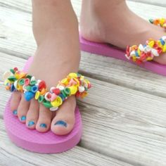 Make these fun summer sandals from an inexpensive pair of flip flops and water balloons.