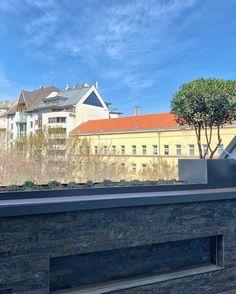 Egy körültekintően megtervezett terasz és balkonon megtervezett kert, új dimenzióit nyitja meg a városi létnek. 🌻  #balcon #balcony #balkon #balkony #teraszepites #teraszbudapest  #terasz #terasse #balkonien #balconydecor #balconyview #balconygarden  #urbangarden #lakberendezés #lakberendezésiötletek #kulsoepiteszet #budapest Budapest, Bali, Urban, Mansions, House Styles, Home Decor, Decoration Home, Manor Houses, Room Decor