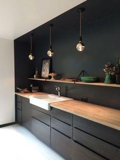 idée-aménagement-cuisine-en-longueur-lampe-suspendue-cuivre-cadre-photo-noir-peinture-fleurs-fruits-cuisine-ikea-noire-étagère-murale-bois
