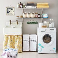 Oragnização.prateleiras.cestos de roupa branca e colorida.