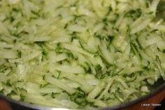 De komkommer is echt super veelzijdig. Binnen no-time zet je hiermee een verse rauwkost of salade op tafel. We geven je vijf tips voor een supersnelle komkommersalade.