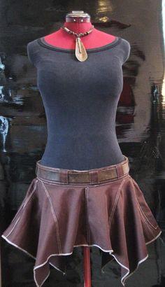 Jupe Courte Asymétrique Tissus Jersey Brun et Couture Blanc Zipper au dos Ceinture est un exemple (non incluse)  Grandeur: Medium  (Mesures vêtement à