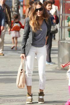 Sarah Jessica Parker - Tras su papel como fashionista, la actriz se ha pasado al comfy&chic en sus looks de diario. Nos gusta cómo recoge el largo de sus jeans.