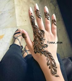 Mehndi design makes hand beautiful and fabulous. Here, you will see awesome and Simple Mehndi Designs For Hands. Modern Henna Designs, Mehndi Designs For Girls, Stylish Mehndi Designs, Beautiful Henna Designs, Latest Mehndi Designs, Khafif Mehndi Design, Mehndi Design Pictures, Mehndi Art Designs, Henna Tattoo Designs