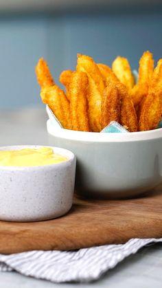 Receita com instruções em vídeo: Todo mundo conhece a receita clássica de churros. Apresentamos agora a versão salgada e irresistível de batata com molho de queijo! Ingredientes: 1 colheres de sopa de manteiga, 1 colheres de sopa de farinha de trigo, 250ml de leite, 150g de queijo cheddar picado, 1 ½ xícara de queijo muçarela ralado, Noz moscada, 1 ⅔ xícara de batata cozida, ¼ xícara de queijo parmesão, 3 colheres de sopa de amido de milho , 1 ovo, 3 colheres de sopa de leite , Sal, Pimenta…