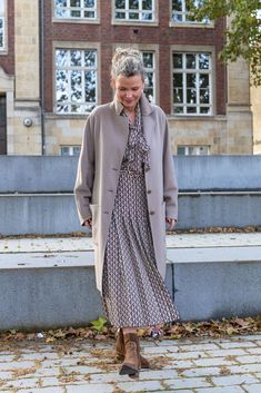 Mantel Outfit, Over 40 Outfits, Mantel Beige, Aging Gracefully, Soft Classic, Smart Casual, Role Models, Duster Coat, Fashion Looks