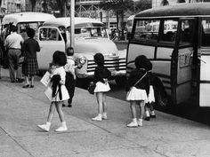 Criancas chegam na Escola Caetano de Campos em SP. Ao fundo aparece o edificio Italia em construcao. O uniforme em 1960 ainda era muito diferente do que se vê hoje em dia. Para as meninas, saia branca, e para os meninos, suspensório // Arquivo/AE