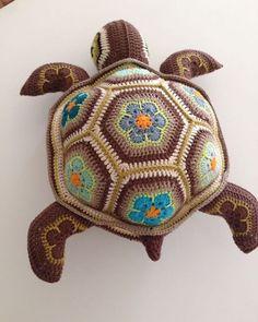 Cute Crochet, Crochet Crafts, Crochet Projects, African Flower Crochet Animals, Crochet Flowers, Crochet Patterns Amigurumi, Crochet Dolls, Crochet Turtle Pattern Free, Stuffed Animal Patterns