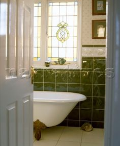 AC071_16_Traditional_bathroom__detail__green_tiles__freestanding_roll_top_bath__claw_feet___Interiors__bathro.jpg (395×480)