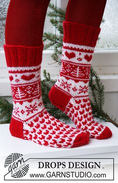 """Hearts afire / DROPS Extra - free knitting patterns by DROPS design, Knitted DROPS Christmas socks in """"Karisma"""". Sizes ~ DROPS Design free pattern for knitted socks. Designer Knitting Patterns, Knitting Designs, Knitting Patterns Free, Free Knitting, Baby Knitting, Crochet Patterns, Free Pattern, Pattern Ideas, Drops Design"""