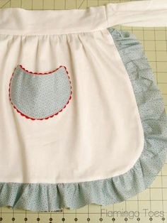 Tutorial: Simple Retro Christmas Apron  Love this, bet @Jò in Wonderland Cunny would too, since it has RICK RACK!