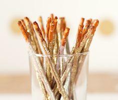 Zu Silvester gehören Wunderkerzen - zum Snacken: Einfach Saltletts Sticks in weiße Schokolade tauchen und mit essbarem Glitzer verzieren. Das Rezept gibt's auf Saltletts.de.