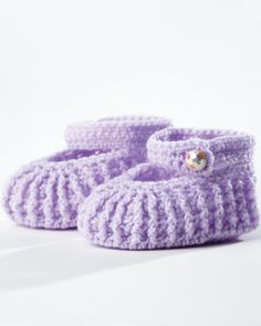 Stylish mary-jane booties up to 12 months. Crocheted in Bernat Baby.
