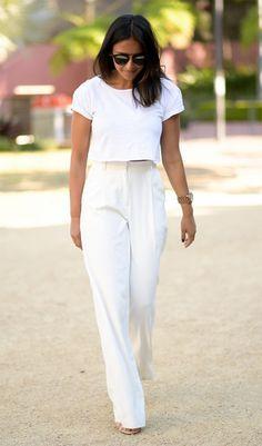 Street style look com calça pantalona.