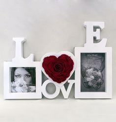Délicieusement glamour, ce cadre photo inédit est orné d'une magnifique rose naturelle sublimée travaillée en forme de cœur.   Un cadre photo particulièrement original à offrir ou à s'offrir pour mettre en valeur deux photos de 10 cm x 10 cm et de 10 cm x 15 cm.  Dimensions : 37,5 cm x 27 cm