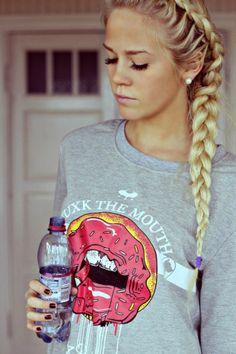 Un magnifique tresse cheveux sur des cheveux blonds long.