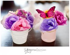 Arranjo de mesa de flor de papel com detalhe de borboleta