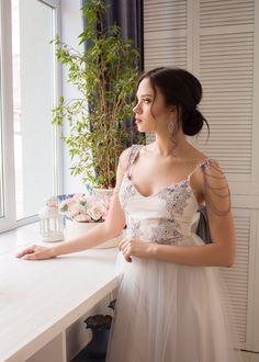 Серо-лавандовое свадебное платье на лямочках. Можно одеть платье на выпускной