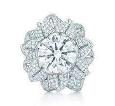 Tiffany & Co.   Item   Bague Fleur en platine, diamant central et pavé de diamants.   France