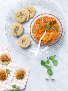 Kikkererwtenkoekjes met een tapenade van geroosterde paprika │Je kan bloem vervangen door gemalen droge kikkererwten of havermout.